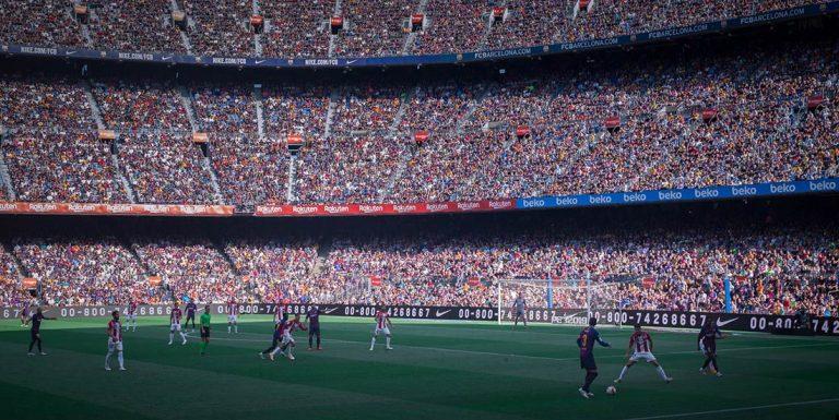 Voetbalstadion met voetbalspelers
